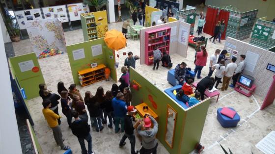 Jugendliche erkunden die interaktiven Stationen der Ausstellung