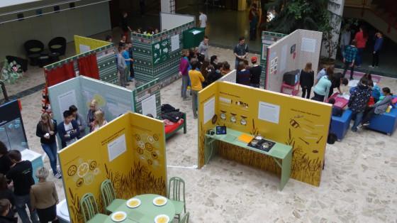 Junge BesucherInnen bewundern die Ausstellung