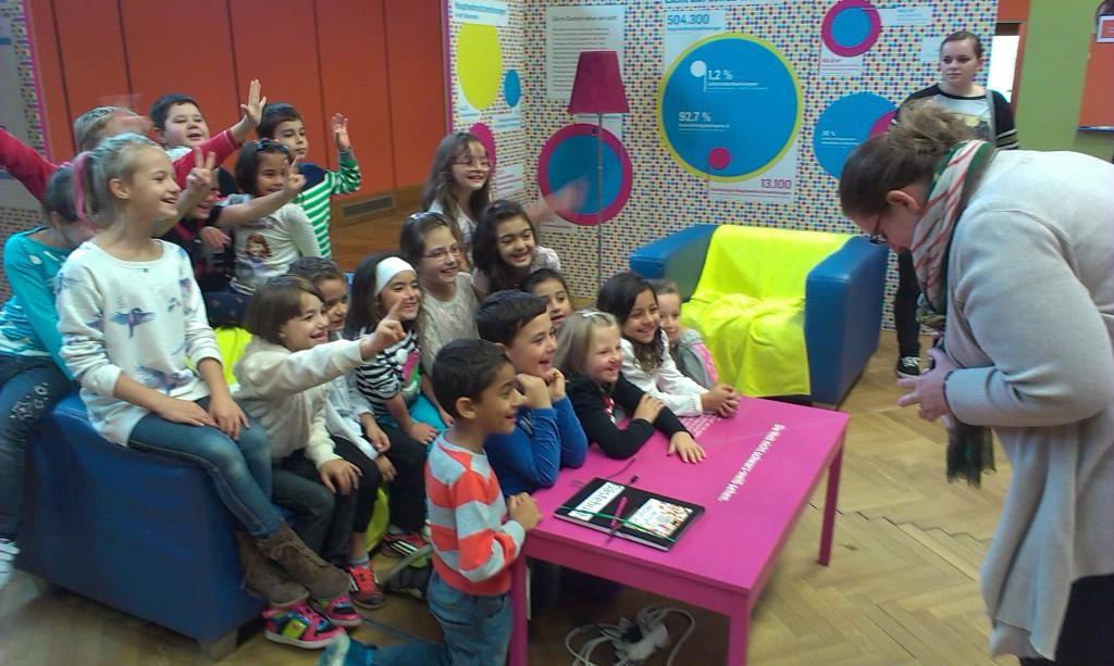 Unsere kleinen Gäste haben sichtlich Spaß beim Eintrag ins digitale Gästebuch!