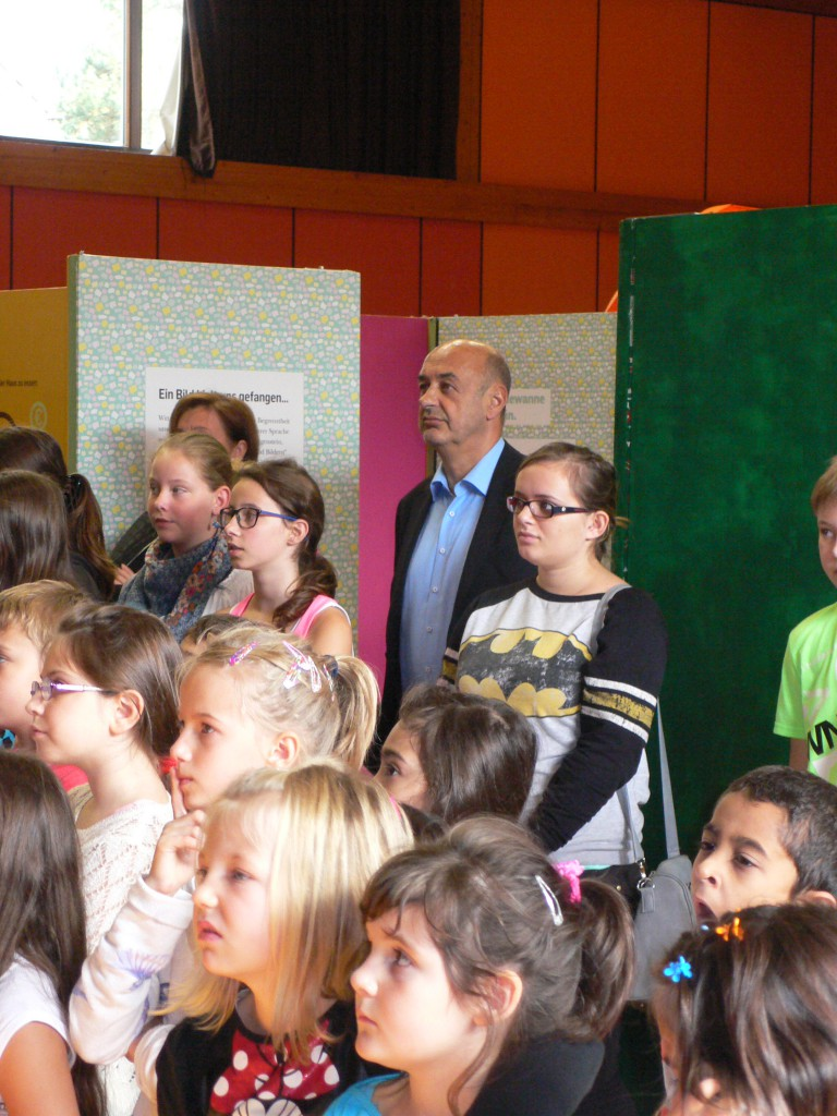 Bürgermeister Ing. Wegscheider inmitten der zahlreichen Kinder und Jugendlichen